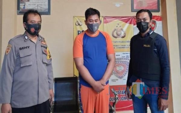 Pelaku saat diamankan polisi di Mapolres Jombang. (Istimewa)
