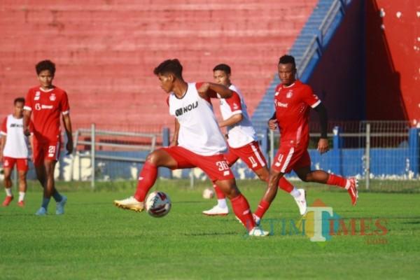 Pemain Persik Kediri saat berlatih di stadion Brawijaya. (ist)