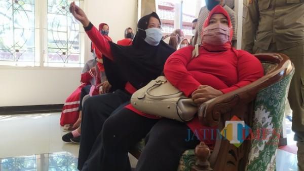 Saat pedagang pasar mendatangi Wisma Wakil Bupati Irwan Bachtiar Rahmat (Foto: Abror Rosi/JatimTimes)