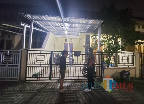 Tampak lokasi rumah korban yang berada di Perumahan Arumba Indah, Kecamatan Lowokwaru, Kota Malang, Senin (19/4/2021) malam. (Foto: Tubagus Achmad/MalangTIMES)