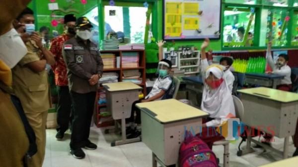Wali Kota Malang Sutiaji (kiri) beserta rombongan dalam peninjauan PTM terbatas di SDN Kauman 1 Malang