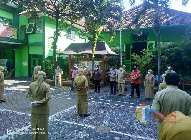 Walikota Malang, Sutiaji saat memberikan arahan kepada sejumlah guru di SDN Kauman 1 (Anggara Sudiongko/MalangTIMES)