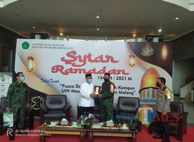 Dandim 0833, Letkol INF Ferdian Primadona saat menerima souvenir dari Rektor UIN Malang (Anggara Sudiongko/MalangTIMES)