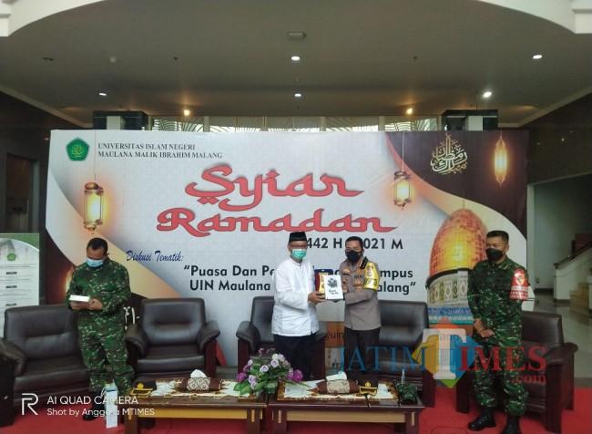 Kapolresta Malang Kota, Kombespol Leonardus Simarmata saat menerima souvenir dari Rektor UIN Malang (Anggara Sudiongko/MalangTIMES)