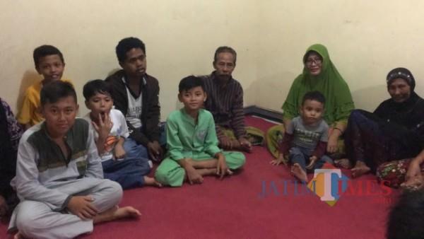 Kasiono bersama keluarganya saat menerima wartawan (foto : ulum / Jatim TIMES)