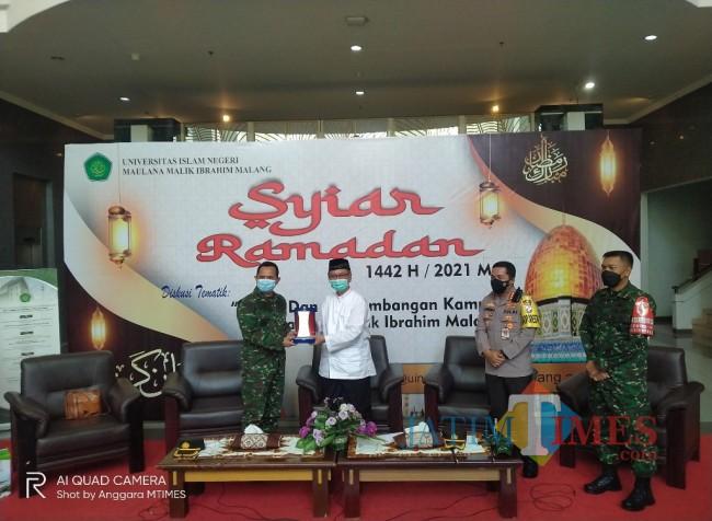 Kasrem 083/BDJ, Letkol INF Akhmad Juni Toa saat menerima souvenir dari Rektor UIN Malang (Anggara Sudiongko/MalangTIMES)