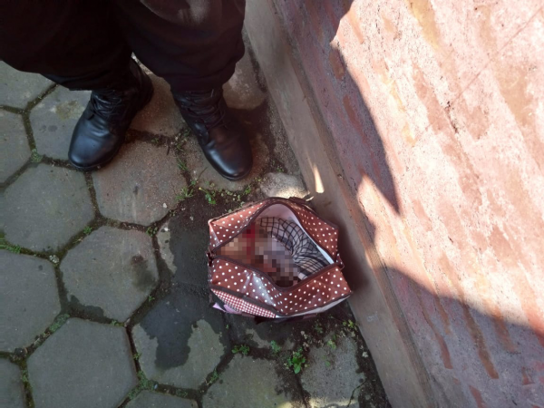 Kondisi jenazah bayi yang berada di dalam tas usai diangkat dari Sungai Panjura yang terletak di Jalan Simpang Kepuh, Kecamatan Sukun, Kota Malang, Selasa (20/4/2021). (Foto: Istimewa)