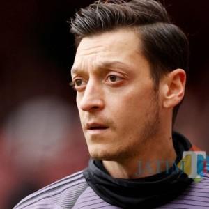 Pesepak Bola Mesut Ozil Berikan Bantuan Makanan untuk Buka Puasa bagi Warga Indonesia