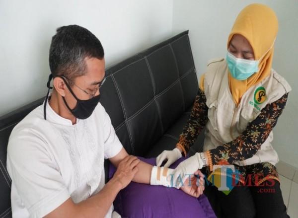 Petugas RSI Unisma yang tengah memberikan pelayanan Home Care kepada pasien (foto: Istimewa)