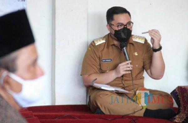 Bupati Kediri Hanindhito Himawan Pramana saat berdiskusi dengan para kades. (ist)