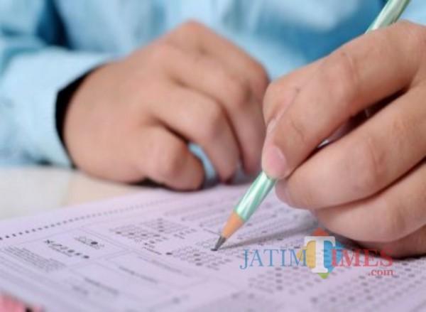 Ilustrasi siswa tengah mengerjakan soal ujian. (pixabay)