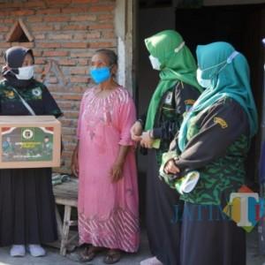 Srikandi GPK Jombang Berikan Bantuan Emak-Emak Lansia di Hari Kartini