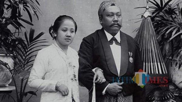 Raden Mas Arja Adipati Singgih Djojo Adhiningrat (kanan) dan Raden Ajeng Kartini.(Foto : Ist/digitalcollections.universiteitleiden)