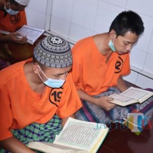 Bulan Ramadan, Tahanan Polres Blitar Kota Isi Kegiatan dengan Ngaji dan Tadarus