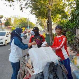 Peringati Hari Kartini, Joker Digital Printing Bagi-Bagi Takjil kepada Tukang Becak