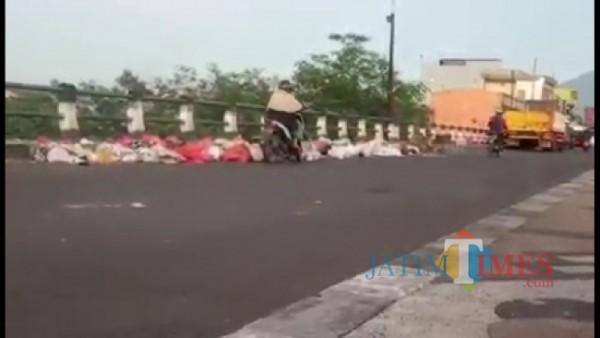 Tumpukan sampah di sepnjang Jembatan Pasar Gadang, Malang
