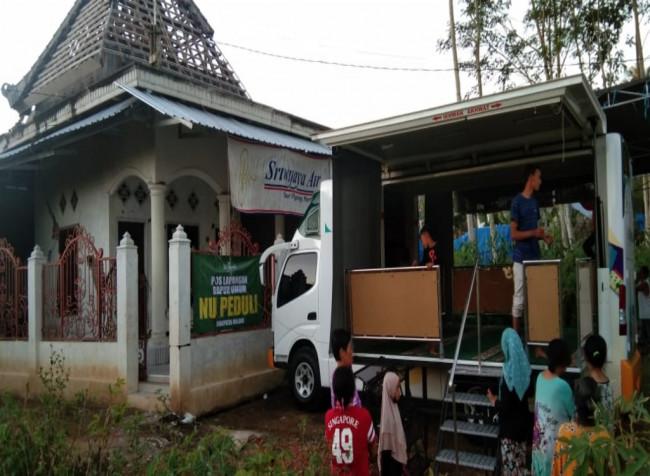 Warga Dusun Krajan, Desa Majangtengah Kecamatan Dampit, Kabupaten Malang yang tengah memanfaatkan mobil musholla portabel untuk shalat tarawih (Ist)
