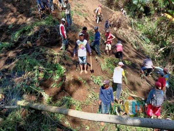 Warga Dusun Tamanrejo saat mencari korban tertimbun longsor (foto: istimewa)