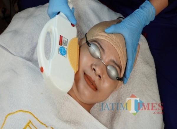 Customer Ella Skin Care saat tengah melakukan perawatan wajah (Ist)