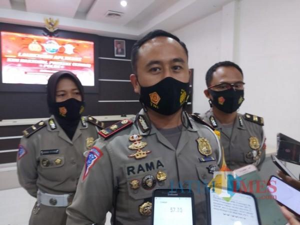 Kasat Lantas Polresta Malang Kota Kompol Ramadhan Nasution (tengah) saat ditemui awak media beberapa waktu lalu. (Foto: Dok. JatimTIMES)