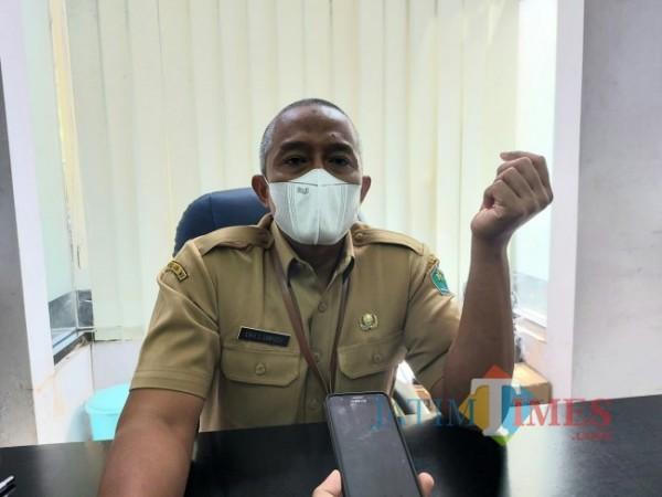 Kepala Disnaker-PMPTSP Kota Malang Erik Setyo Santoso saat ditemui diruangan kerjanya, Senin (19/4/2021). (Foto: Tubagus Achmad/MalangTIMES)
