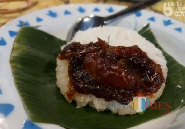 Ketan dengan balutan kurma (Foto: M. Bahrul Marzuki/SurabayaTIMES).
