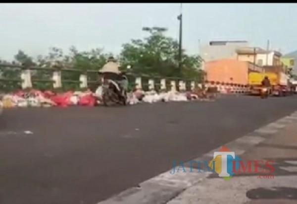 Pembuangan sampah liar di kawasan jembatan Pasar Gadang, Kota Malang (Foto: istimewa)