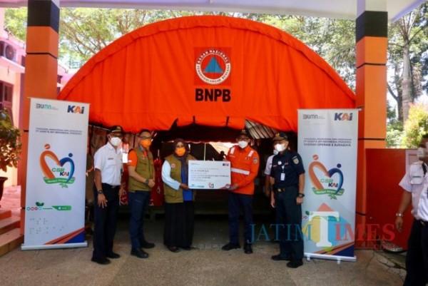 Serah terima bantuan PT KAI yang diterima perwakilan BPBD Kabupaten Malang (foto: Humas PT KAI for MalangTIMES)
