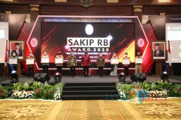 Asisten Administrasi Umum Sekretariat Daerah Kota Malang Sri Winarni (tiga dari kanan) saat menerima penghargaan SAKIP 2020. (Foto: Istimewa).