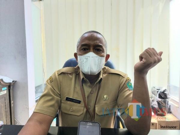 Kepala Disnaker-PMPTSP Kota Malang Erik Setyo Santoso saat ditemui MalangTIMES.com di ruang kerjanya, Senin (19/4/2021). (Foto: Tubagus Achmad/MalangTIMES)