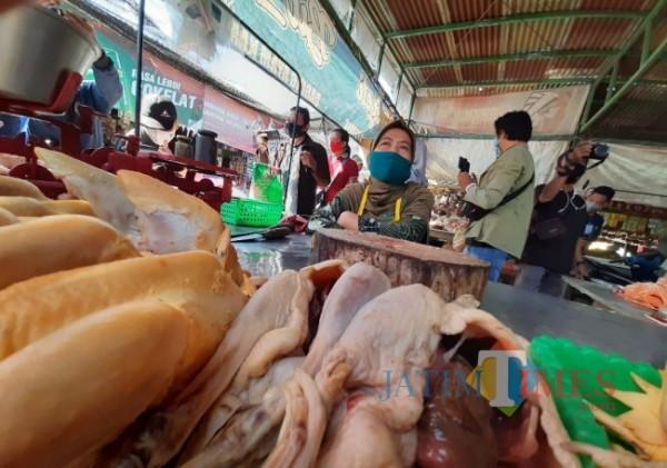 Pedagang ayam di Pasar Stono Betek Kota Kediri.(Foto: eko arif s/JatimTIMES)