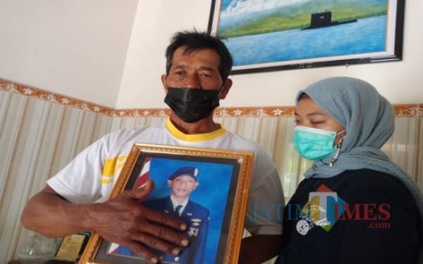 Ayah dan adik kru kapal selam KRI Nanggala-402 saat menunjukkan foto putranya. (Foto : Adi Rosul / JombangTIMES)