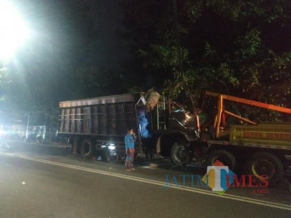Kondisi terkini truk pengakut garam sedang dalam proses evakuasi di Jalan Panglima Sudirman, Kota Batu, Sabtu (24/4/2021). (Foto: Mariano Gale/ JatimTIMES)
