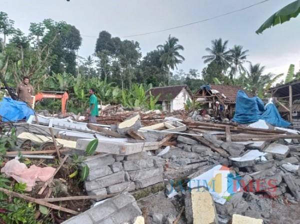 Salah satu rumah rusak berat akibat gempa yang ada di Desa Jogomulyan, Kecamatan Tirtoyudo, Kabupaten Malang (foto: Hendra Saputra/ MalangTIMES)