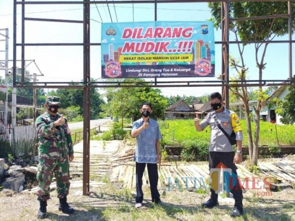 Sejumlah Polsek maupun Koramil di Kabupaten Ngawi kini sudah mulai memasang spanduk imbauan larangan mudik.Foto Satria Romadhoni/jatimTIMES