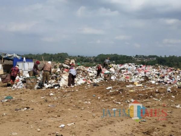 Sejumlah pemulung saat memilah sampah di TPA Supit Urang, Kota Malang (foto: dok JatimTIMES)