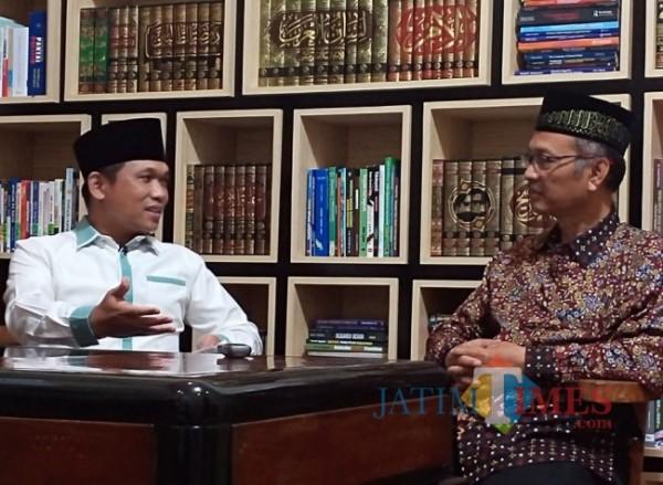 Bupati Lumajang Thoriqul Haq (kiri) berdiskusi dalam Syiar Ramadan UIN Malang yang dipandu Rektor UIN Malang Prof Abdul Haris. (Ist)