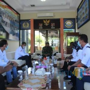 Komandan Lanal Banyuwangi Sambut Kemensos Dampingi Keluarga Crew KRI Nanggala - 402