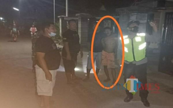 Pelaku BS dalam lingkaran saat diamankan polisi /Foto : Dokpol / Tulungagung TIMES