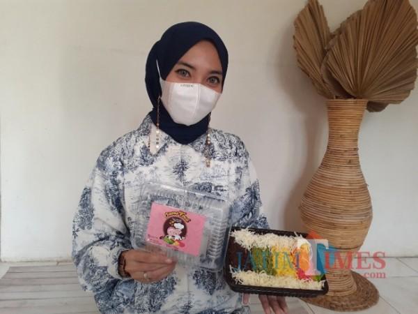 Pengusaha Risol Cetarz, Wilda Uliarosa Damayanti saat menunjukkan kreasi risol warna-wani buatannya. (Arifina Cahyanti Firdausi/MalangTIMES).