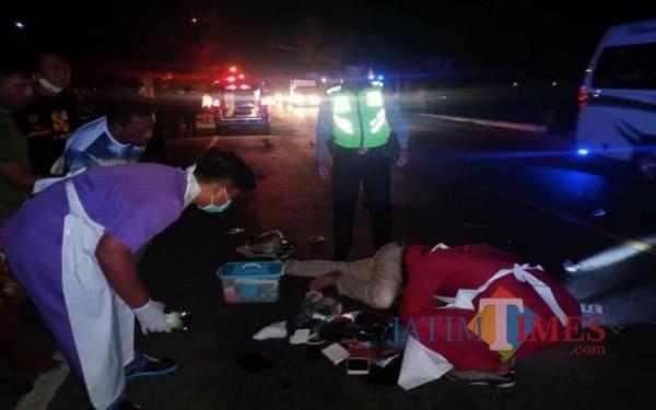 Petugas saat mengevakuasi korban kecelakaan di jalan Desa Notorejo, Gondang, Tulungagung. (Foto: Dokpol/Tulungagung TIMES)