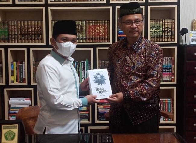 Rektor UIN Malang, Prof Abdul Haris yang memberikan souvernir buku kepada Bupati Lumajang, Cak Thoriq (Ist)
