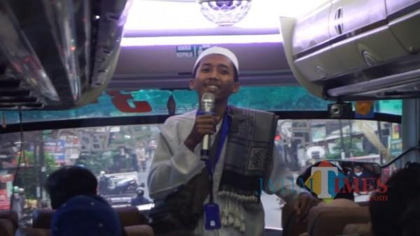 Salah satu anggota Stand Up Malang Bahaq yang sedang melakukan ahow Stand Up Comedy di dalam bus dalam acara Ngebusburit. (Foto: Dok. Stand Up Malang)