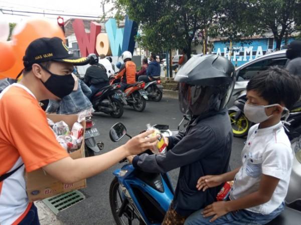 Anggota DPRD Kota Malang Fraksi PKS Akhdiyat Syabril Ulum saat berbagi takjil di kawasan Kedungkandang. (Foto: Istimewa).