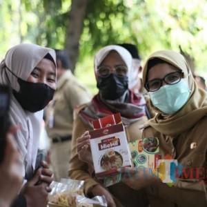 Pemkab Blitar Gelar Operasi Pasar Murah, Bupati Rini: Ayo Belanja, Patuhi Protokol Kesehatan