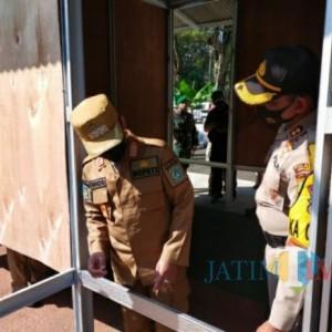 Bupati Lumajang Melihat Contoh Rumah Hunian Sementara Untuk Korban Gempa