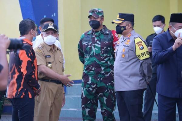 Bupati Malang HM Sanusi (dua dari kiri pakai seragam ASN) usai menghadiri apel gelar pasukan (foto: Humas Pemkab Malang for MalangTIMES)