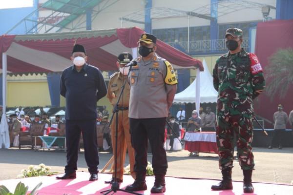 Kapolres Malang AKBP Hendri Umar saat memimpin apel gelar pasukan yang disiapkan untuk terapkan larangan mudik. (foto: Humas Polres Malang for MalangTIMES)