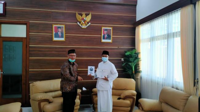 Rektor UIN Malang, Prof Abdul Haris yang memberikan souvernir buku kepada Walikota Pasuruan (Ist)