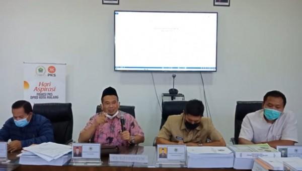 Wakil Ketua Fraksi PKS DPRD Kota Malang Rokhmad (baju batik pink) di hari aspirasi fraksi PKS DPRD Kota Malang, Senin (26/4/2021). (Foto: Istimewa).